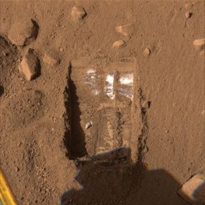 Dodo-Goldilocks adı verilen bölgede yapılan kazıların ardından alınan görüntüde yüzeyin biraz altında parlak bir yapının olduğu gözleniyor.