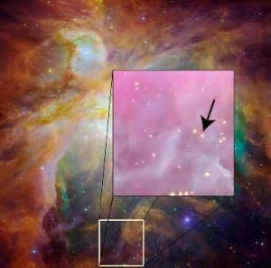 Orion Nebulası'nda ok işareti ile gösterilen özdeş ikiz yıldız.