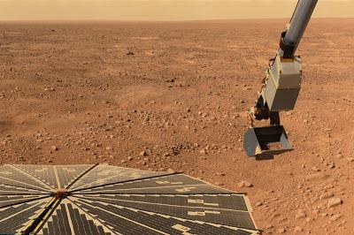"""Robot kolu """"Buz Beyaz"""" bölgesinden aldığı toprak örneğini optik mikroskoba götürürken"""