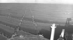 NASA'nın Mars gezgin aracı Opportunity üzerindeki yol bulucu kameralardan elde edilmiş görüntülerle oluşturulmuş bir mozaikte aracın 1687. Mars Günündeki konumu görülüyor.