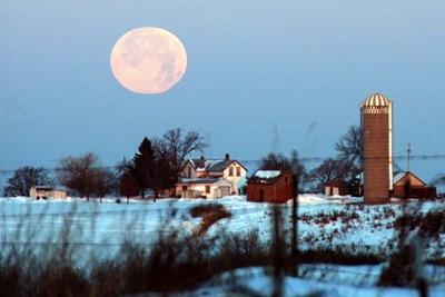 Fotoğrafçı Eric Ingmundson'in Ay'ın günberi konumunda ufka yakın konumda elde ettiği görüntü.