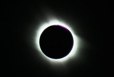 29 Mart 2006'da tam Güneş tutulması sırasında çekilen bu fotoğrafta, Ay Güneş'in yüzeyini bütünüyle kapatırken görülüyor.