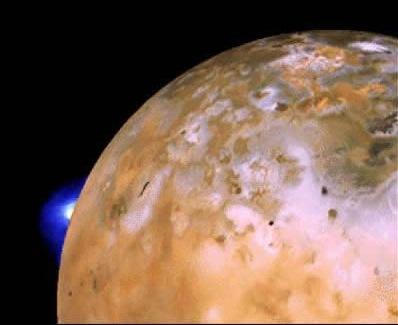 Voyager 2 tarafından Temmuz  1979'da Io'ya yakın geçiş sırasında Loki volkanı patlama esnasında  görüntülendi (soldaki mavi parlaklık)