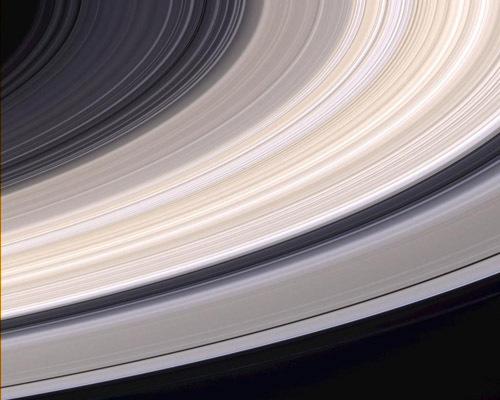 Yukarıda, Satürn'ün halkalarının doğal renklerdeki görüntüsü yer alıyor. 2004 yılında Cassini Uzay Aracı'nın, gezegene 6.4 milyon km uzakta iken çektiği bu fotoğrafta her bir piksel 38 kilometreye karşılık gelmektedir.
