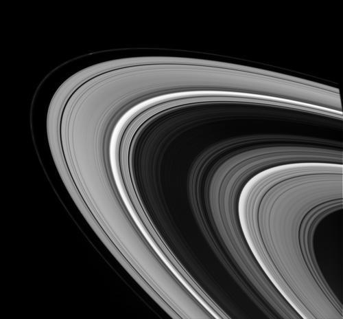 Cassini Uzay Aracı'nın çektiği bir başka fotoğraf. Beyaza boyanmış yollara benzeyen halkalar, aslında boyutları 1 santimetreden 10 metreye kadar değişen göktaşlarından oluşur.