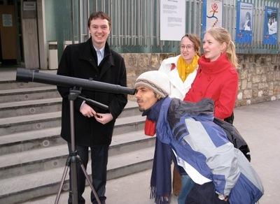 Bir grup öğrenci, Galileoskop'la gözlem yaparken.