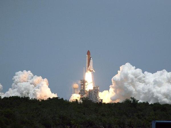 Atlantis Uzay Mekiği, Hubble Uzay Teleskobu'nun tamiri ve yeni parçaların yerleştirilmesi için 7 mürettebatı ile Kennedy Uzay Merkezi'nden başarılı bir şekilde fırlatıldı.