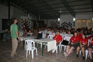 Alp Akoğlu, 1-3 Ağustos 2008'de düzenlenen 11. Ulusal  Gökyüzü Gözlem Şenliği'nde katılımcılara hitap ediyor.